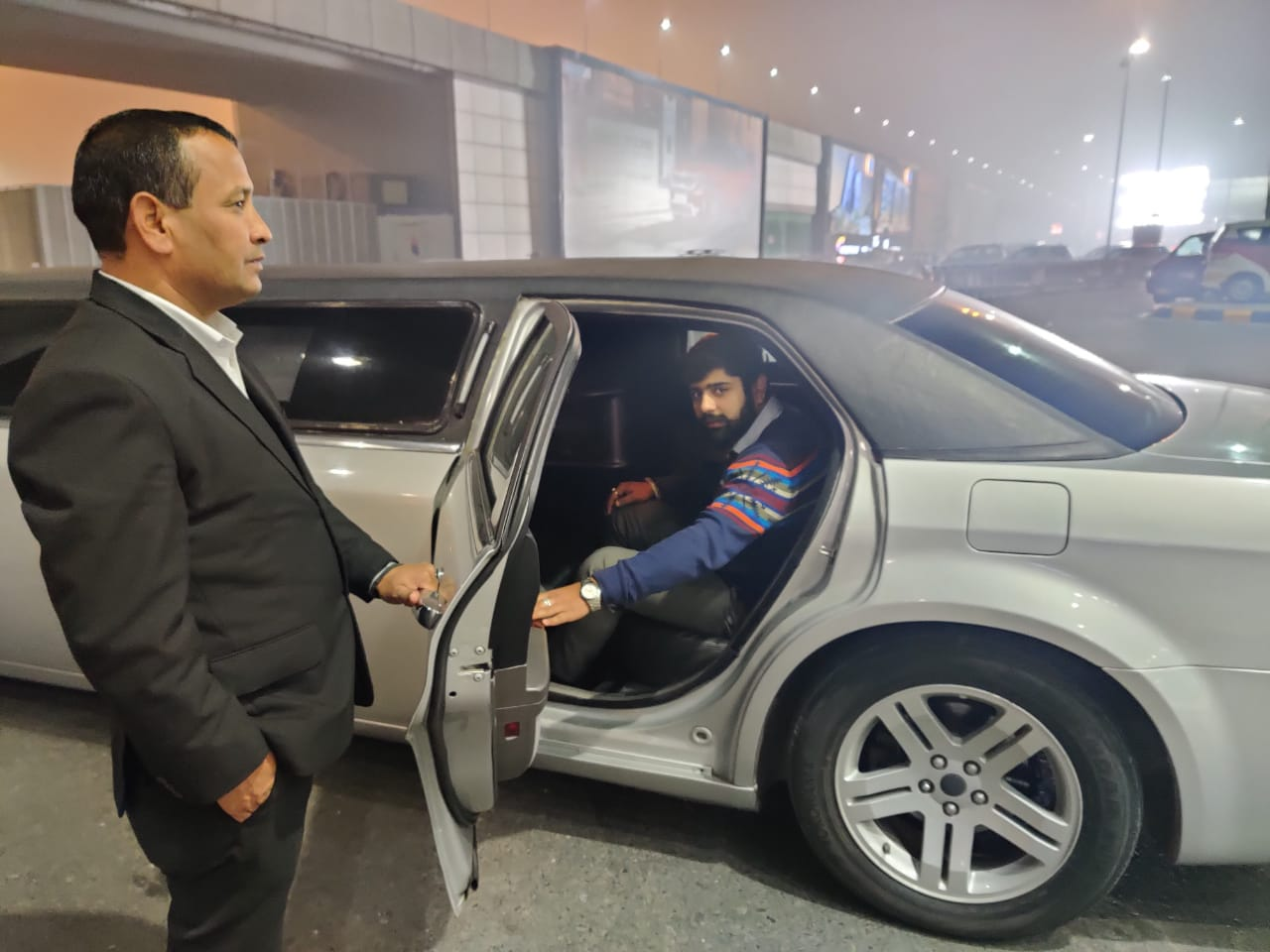 Limo cab service Airport Pickup with Luxury Car limousine with driver
